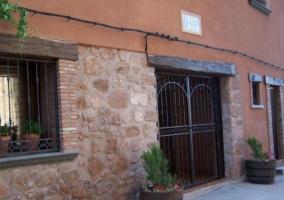 Amplias vistas de la fachada de la casa con macetas
