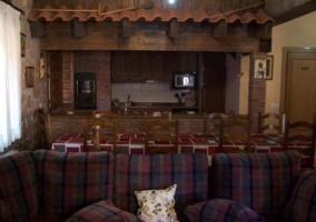 Cocina y sala de estar con mesa de comedor comunicados