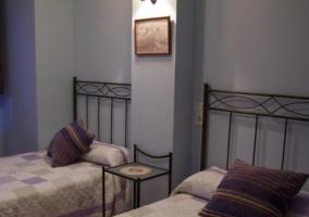 Dormitorio doble con mesilla de cristal