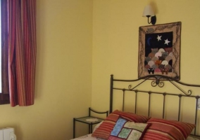 Dormitorio de matrimonio con paredes en amarillo