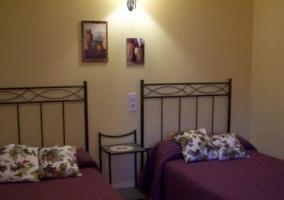 Dormitorio doble con cojines de flores