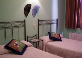 Dormitorio doble con una mesilla