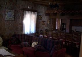 Sala de estar con mesa de comedor alargada