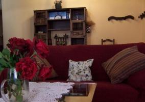 Sala de estar con sillones en color burdeos