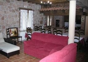 Sala de estar con sillones y mesa de madera