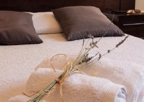 Adorno en cama de matrimonio