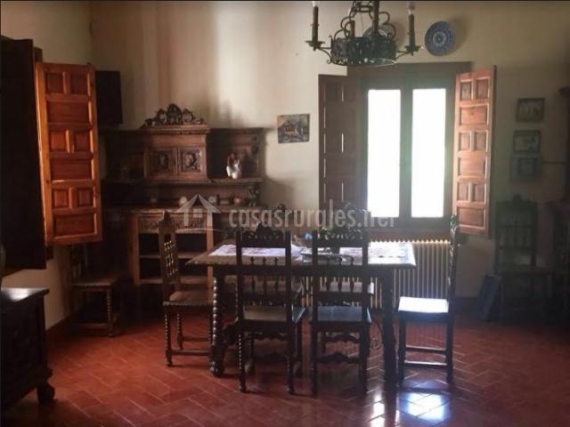 Sala de estar y comedor con ventanas