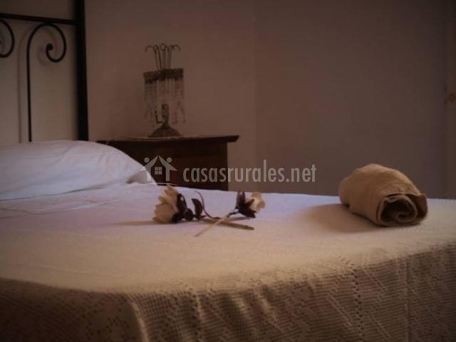 Dormitorio de matrimonio con detalle sobre la colcha