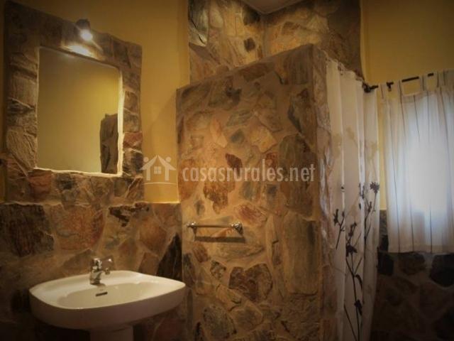 Aseo con ducha y estructura en piedra