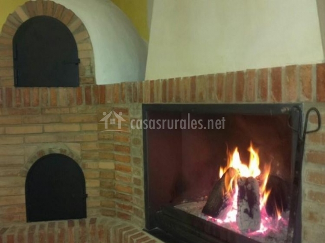 Sala de estar con chimenea y horno