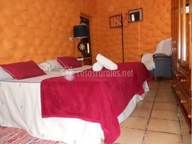 Dormitorio doble con paredes naranjas