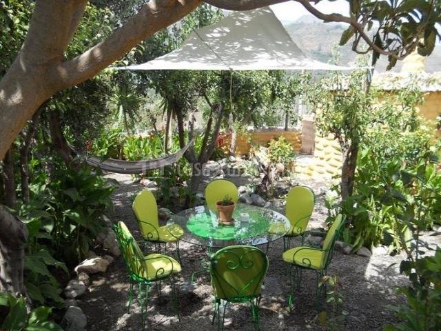 Vistas de exteriores con mesa y sillas
