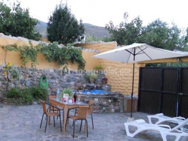 Vistas del patio con mesa y sillas