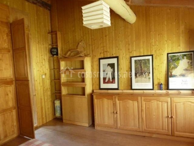 Dormitorio de matrimonio y armarios en el frente