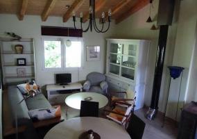 Sala de estar y comedor abuhardillados y amplios