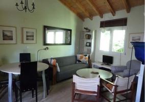 Sala de estar y comedor con mesa redonda y sillones