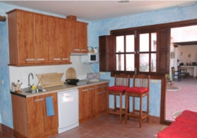 Sala de estar con sillones en tonos rojizos