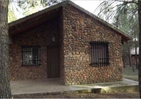 Acceso a las viviendas con fachada de piedra