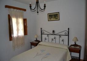 Dormitorio de matrimonio con ventana al lado