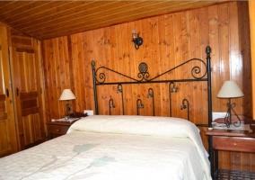 Sala de estar con chimenea y troncos dentro