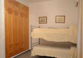 Dormitorio con camas individuales en litera