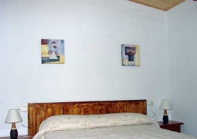 Dormitorio de matrimonio con cabecero robusto