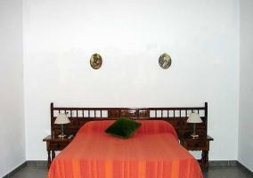 Dormitorio de matrimonio con paredes blancas
