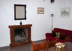 Sala de estar con chimenea frente a la mesa de madera