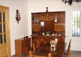 Sala de estar con mueble central de madera