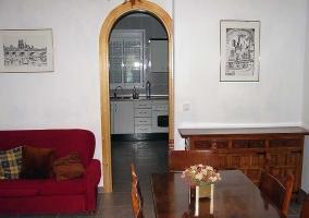 Sala de estar y comedor con arco hacia la cocina