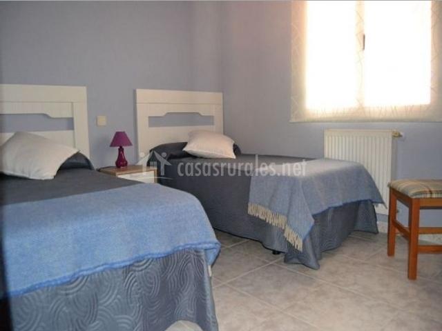 Dormitorio doble en azules y blancos
