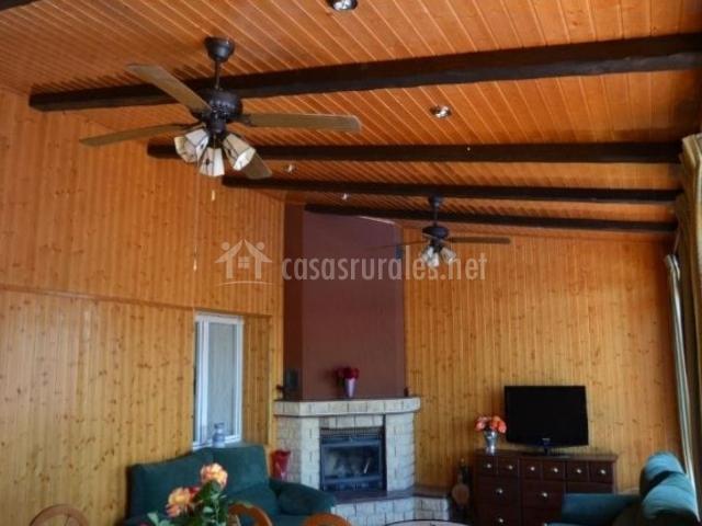 Sala de estar con ventilador de techo