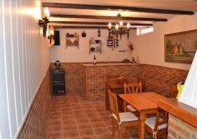 Sala de comedor con chimenea