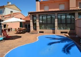Vistas de los exteriores con piscina tapada