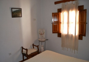Dormitorio de matrimonio con cortinas combinadas