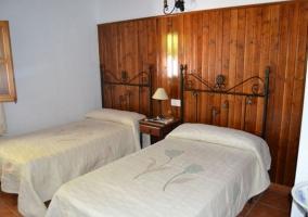 Dormitorio de matrimonio decorado en madera