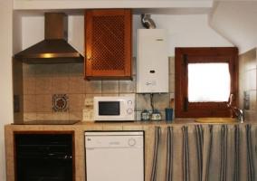 Cocina completa en L con armarios en madera