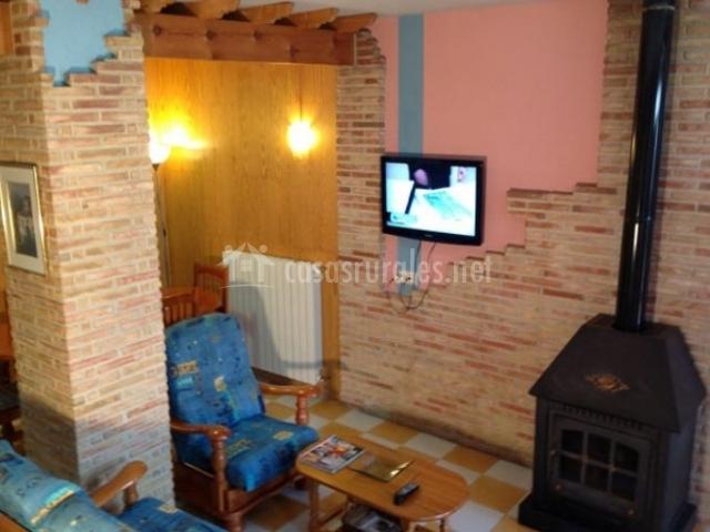 Sala de estar con chimenea de forja en el centro