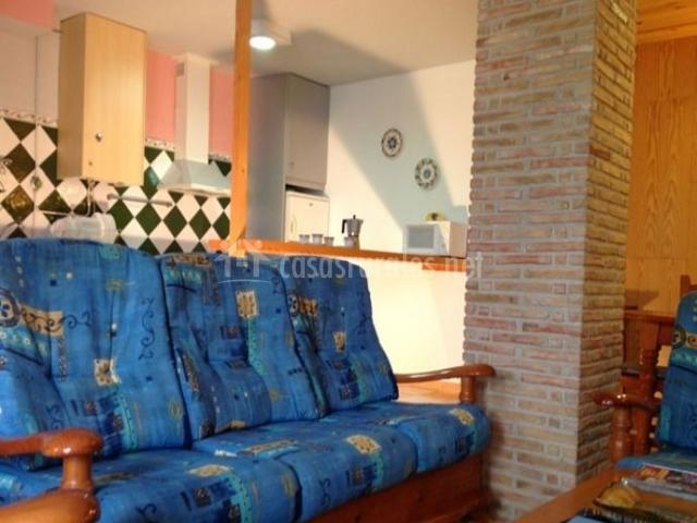 Sala de estar que comunica con la cocina