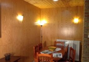 Comedor con mesa de madera y paredes