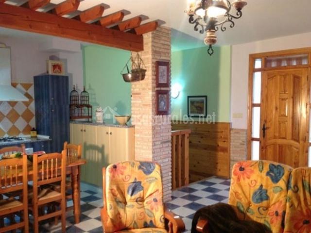 Sala de estar con cocina comunicada