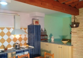Cocina comedor con mesa de madera robusta
