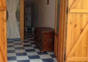 Entrada a la casa con suelos en azul y blanco