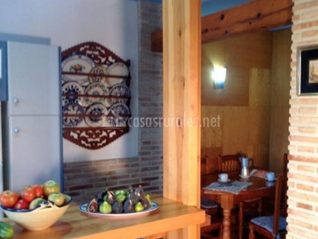 Cocina con barra funcional de madera