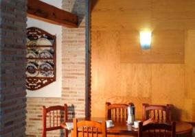 Sala de estar y comedor con mesa de madera y sillas
