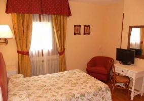 Dormitorio de matrimonio con detalles florales