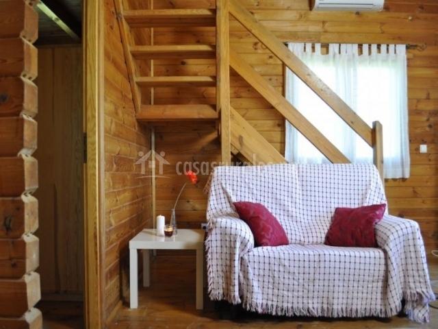 Sala de estar con sillones delante de las escalersd