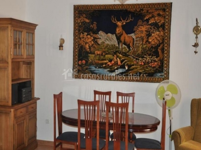 Sala de estar comunitaria con mesa de comedor