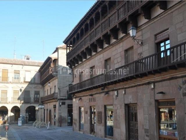 Zona centro con la plaza y fachadas tradicionales