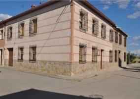 Acceso principal con fachada tradicional